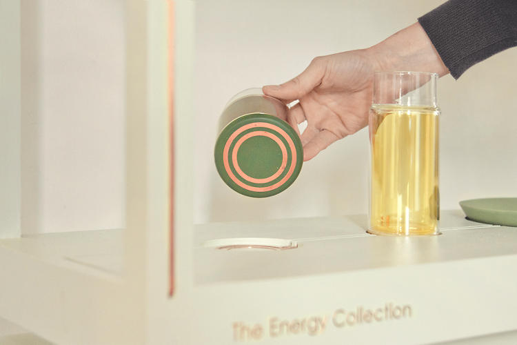 <p>Each glass harvests energy much the same way plants do, by replicating the process of photosynthesis. Rings of copper on the bottom of each tumbler let the system harvest the stored energy.</p>