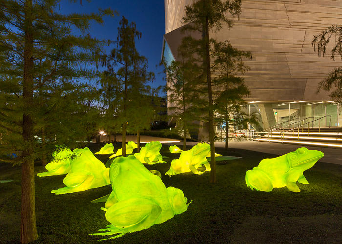 <p>Outside, the garden is topped off by a bevy of glowing chartreuse frogs.</p>