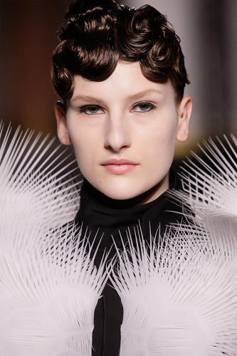 <p>The models wore tightly curled bangs to mimic the fluidity of the garments.</p>