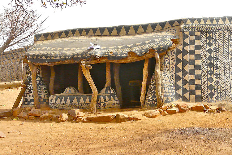 <p>There, the Gurunsi people use mud, chalk, and cow dung to paint patterns on the walls of the village's buildings.</p>