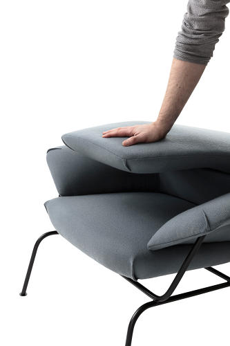 <p>The backrest of Lucha Nichetto's Hai chair folds forward completely for easy shipping.</p>