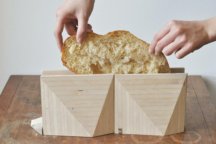 <p>It comes in two parts, so you can toast two pieces of bread or combine the pieces to toast artisanal-size slices.</p>