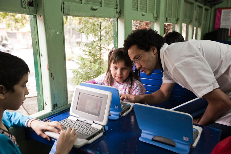 <p>Students learn to use laptops at Biblioteca Carlos Castro Saavedra--Tren de Papel (in Colombia).</p>