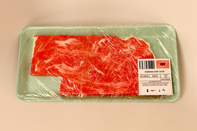 <p>The labels juxtapose the amount of beef produced per state with the cost (per pound and total) to produce said beef.</p>