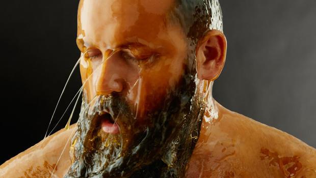Modelli nudi intrisi di miele diventano opere d'arte in questo-7915