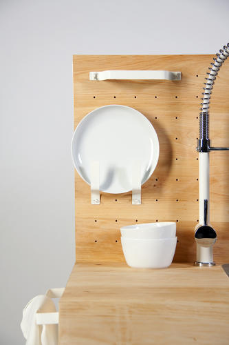 <p>A backboard hangs easily accessible kitchen utensils.</p>