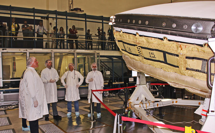 <p>Engineers explain the LDSD and SIAD technology and structure to reporters.</p>