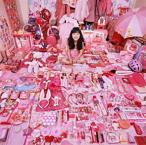<p>When she started photographing children in their rooms, she had no trouble finding models with tiny mountains of gender-specific belongings.</p>