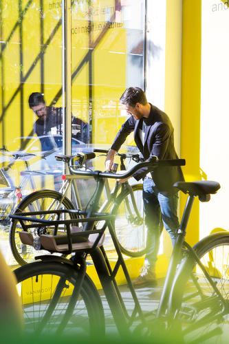 <p>Vanmoof shows off its new smart bike.</p>