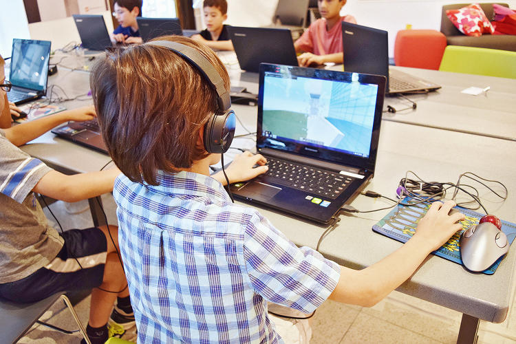 <p>Working in teams, students at the Chicago Architecture Foundation's <em>Minecraft</em>-based camps are building skyscrapers and cities.</p>