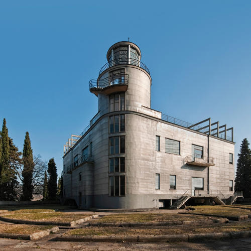 <p>Villa Girasole in Italy is a house that rotates. It is <a href=&quot;https://books.google.com/books?id=H8gAaZj2e-AC&amp;pg=PA84&amp;lpg=PA84&amp;dq=villa+girasole+history+fascism&amp;source=bl&amp;ots=QktYLJPXsd&amp;sig=7UIMl76F8Ah5nRncxQsHAgZbAbc&amp;hl=en&amp;sa=X&amp;ved=0ahUKEwizqfrPyYDPAhVBLSYKHXXMAaAQ6AEIHDAA#v=onepage&amp;q=villa%20girasole%20history%20fascism&amp;f=false&quot; target=&quot;_blank&quot;>often associated</a> with Mussolini because his fascist government embraced a &quot;cult of sun&quot; ideology, the belief that the sun was responsible for a particularly Mediterranean virility. Photo by Linthout Lorenzo</p>